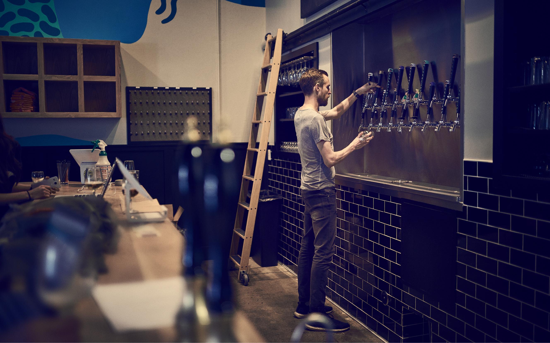 Mikkel har lämnats ensam bakom bardisken. Han testar en öl, häller ut den, testar en ny, häller ut den och repeterar proceduren tills han smakat av alla 19 tappar.
