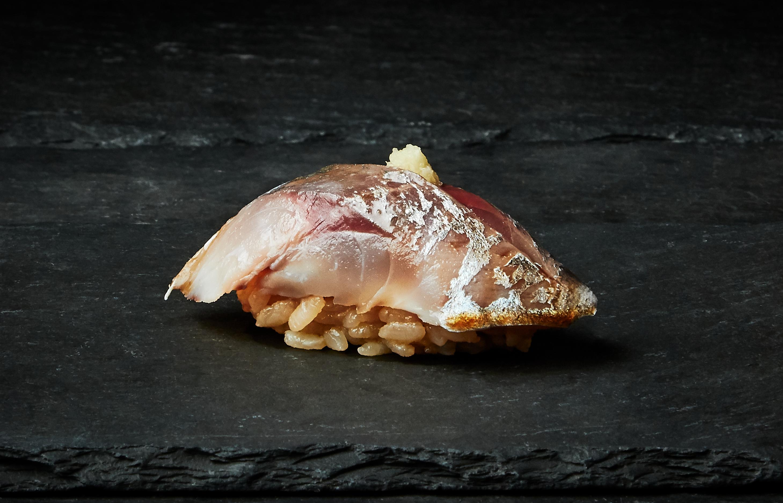 Taggmakrill från västkusten. Läggs in på samma sätt som sillen men aningen längre tid. Fiskfilén är också större.